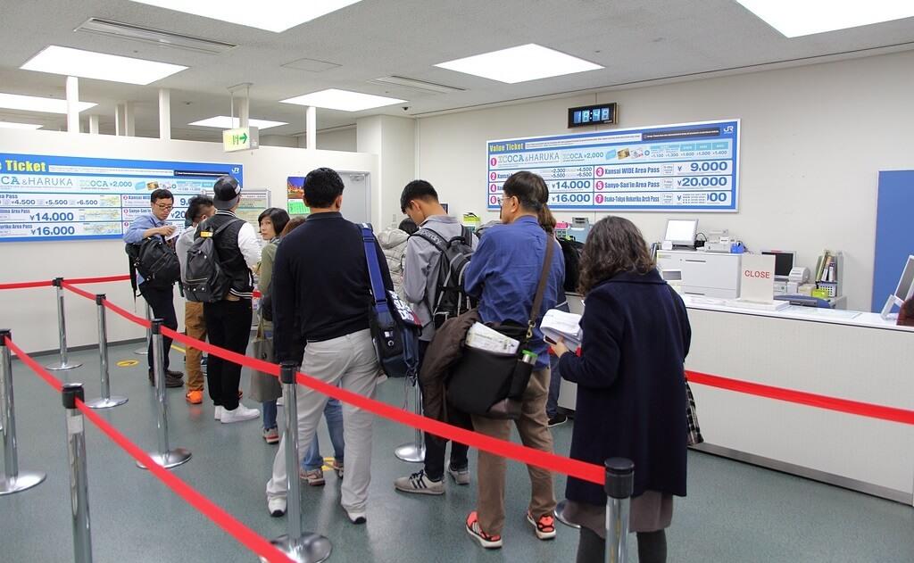 Mua vé tại quầy - Cách đi tàu điện ở Nhật